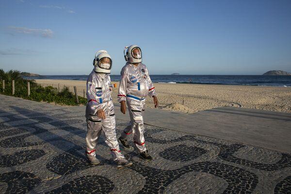 Hai người mặc trang phục phi hành gia đi dạo trên bãi biển Ipanema ở Rio de Janeiro, Brazil - Sputnik Việt Nam