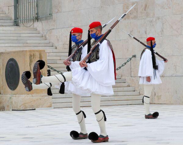 Đội lính gác tại Mộ Người lính Vô danh trên Quảng trường Syntagma ở Athens - Sputnik Việt Nam