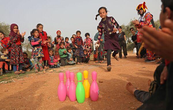 Trẻ em chơi đùa trong trại tị nạn ở Syria - Sputnik Việt Nam