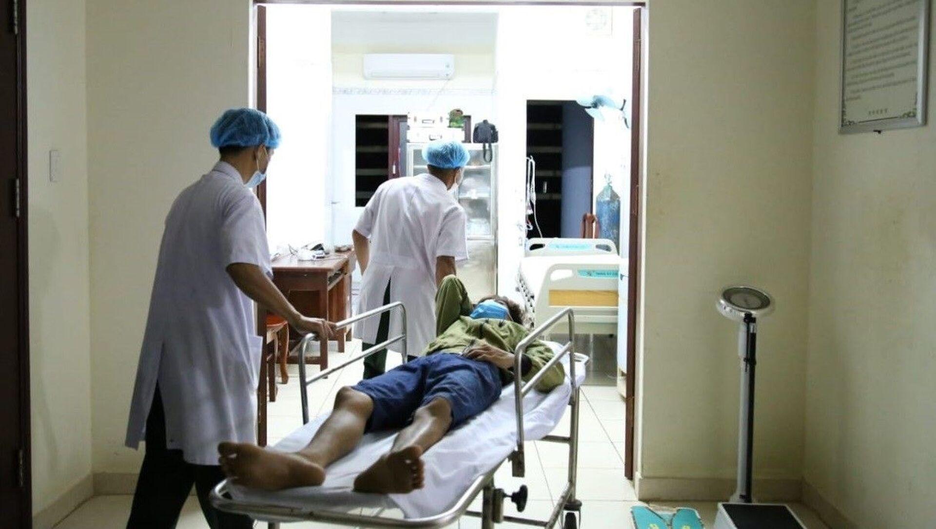 Các y, bác sĩ của Trung tâm Y tế đảo Trường Sa, huyện đảo Trường Sa, tỉnh Khánh Hòa tiếp nhận và cấp cứu cho bệnh nhân bị đột quỵ não. - Sputnik Việt Nam, 1920, 22.04.2021