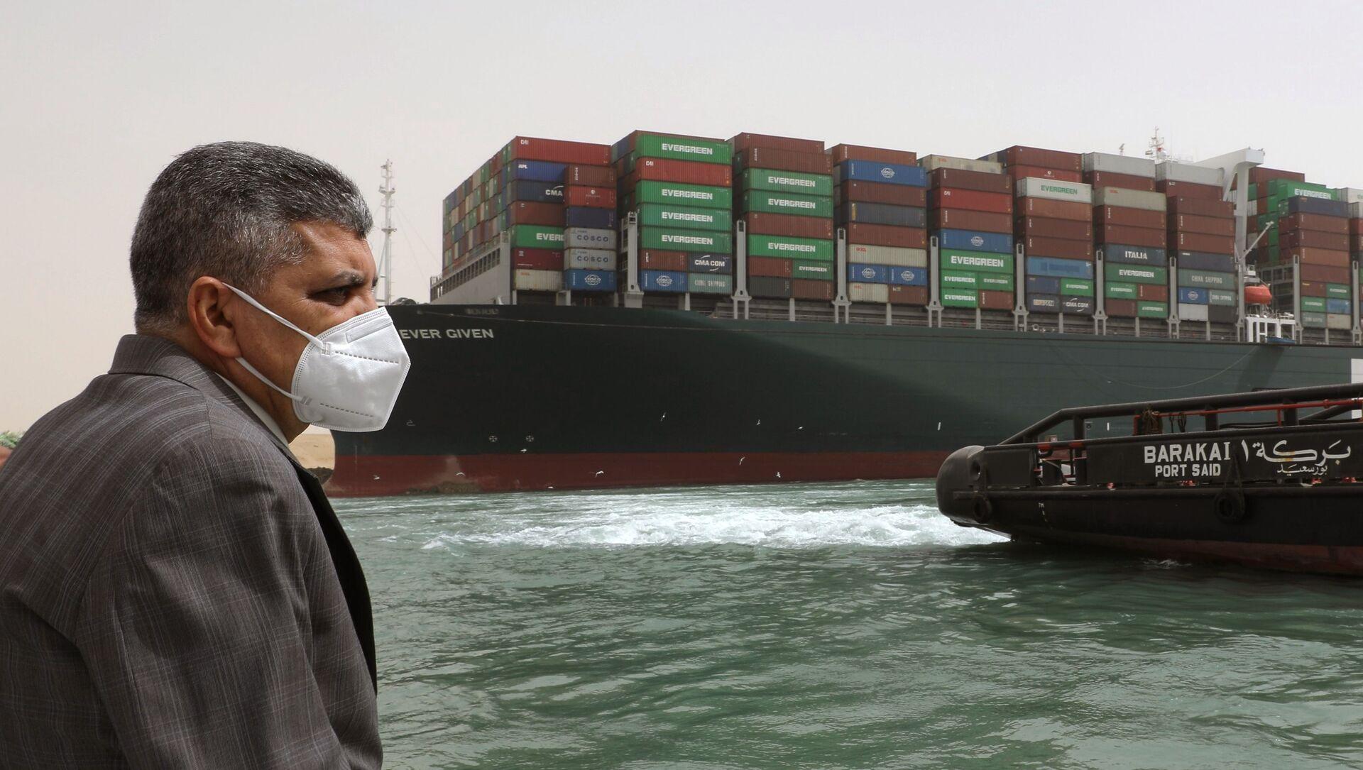 Trưởng cơ quan quản lý kênh đào Suez, trung tướng Osama Rabia chỉ đạo công việc giải tỏa kênh đào Suez. - Sputnik Việt Nam, 1920, 29.03.2021