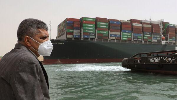 Trưởng cơ quan quản lý kênh đào Suez, trung tướng Osama Rabia chỉ đạo công việc giải tỏa kênh đào Suez. - Sputnik Việt Nam