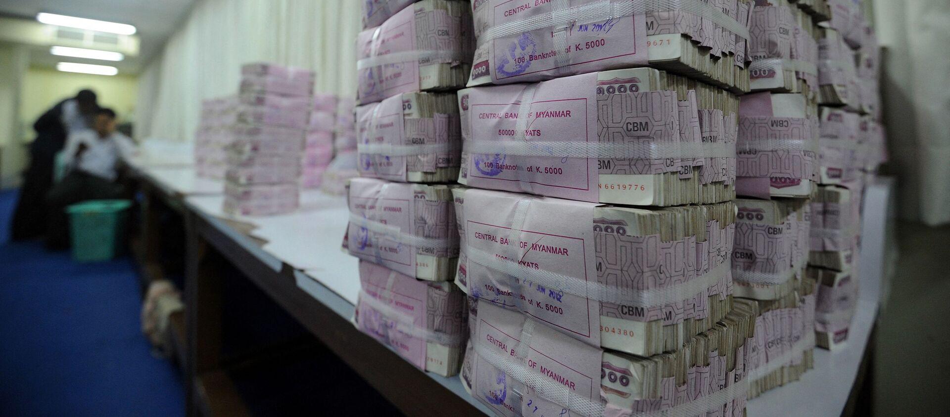 Những cọc tiền mặt trong Ngân hàng Trung ương Myanmar ở Yangon. - Sputnik Việt Nam, 1920, 26.03.2021