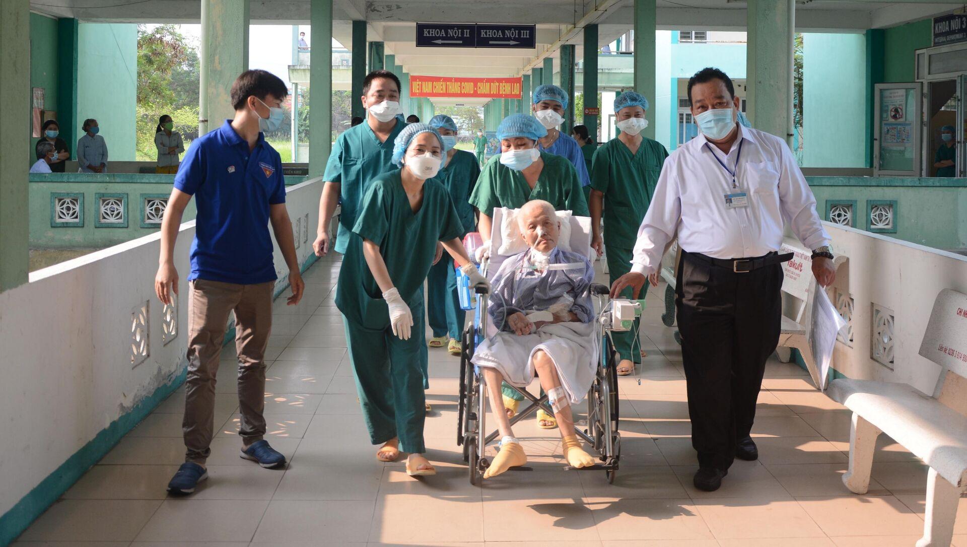 Sau khi được công bố khỏi bệnh, bệnh nhân COVID-19 số 1536 được chuyển vào TP Hồ Chí Minh để tiếp tục điều trị. - Sputnik Việt Nam, 1920, 27.03.2021