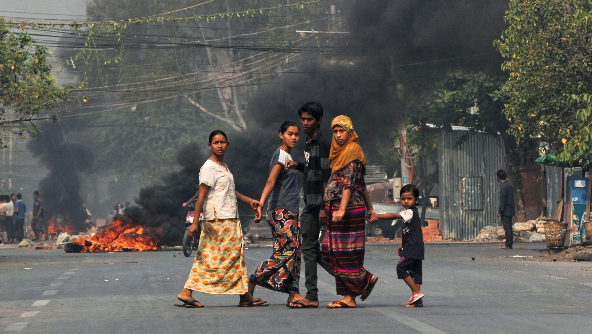 Người dân trên đường phố với chướng ngại vật cháy trong cuộc biểu tình chống đảo chính quân sự ở Mandalay, Myanmar. - Sputnik Việt Nam, 1920, 27.03.2021