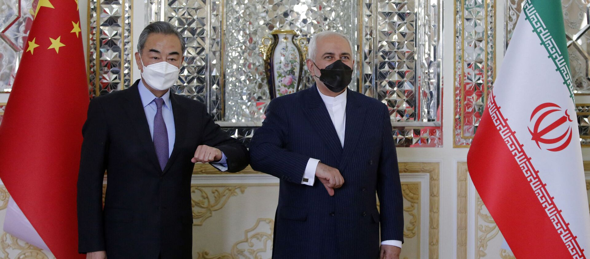 Bộ trưởng Ngoại giao Iran Mohammad Javad Zarif chào mừng người đồng cấp Trung Quốc Vương Nghị đến thăm Tehran, thủ đô Iran. - Sputnik Việt Nam, 1920, 27.03.2021