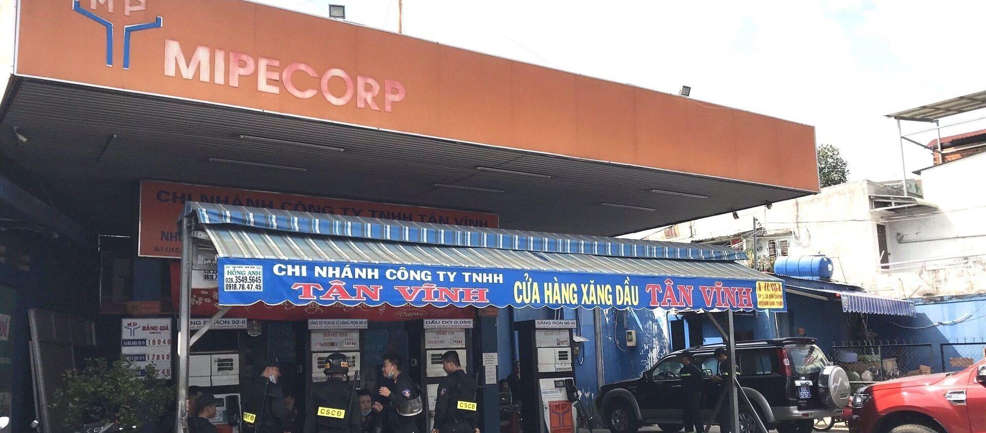 Lực lượng Công an bao vây khám xét tại cửa hàng xăng dầu Tân Vĩnh. - Sputnik Việt Nam, 1920, 14.04.2021