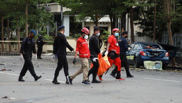 Nhân viên Hội Chữ thập đỏ mang  chiếc túi chứa mảnh di thể nạn nhân của vụ nổ gần nhà thờ Công giáo ở Indonesia - Sputnik Việt Nam