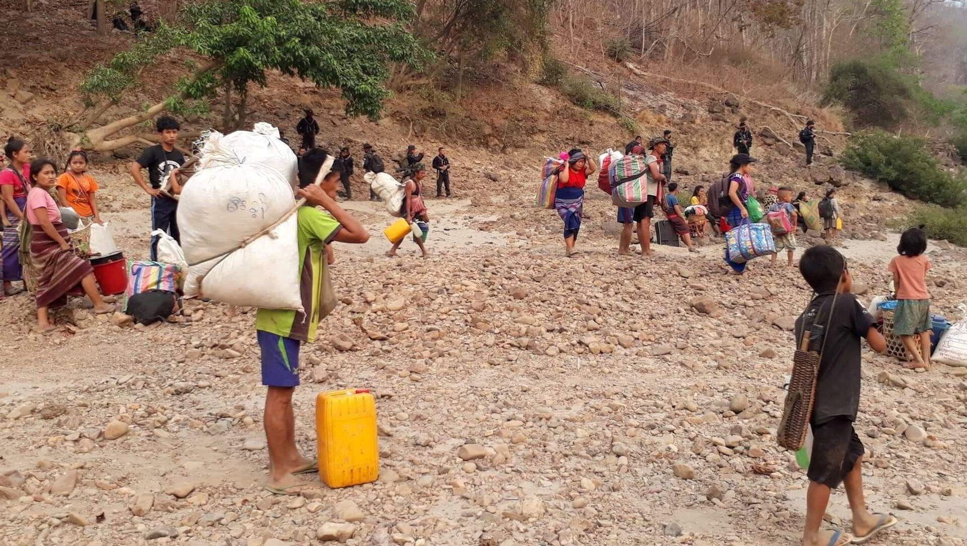 Những người tị nạn từ Bang Karen ở Myanmar từng trú ẩn ở Thái Lan đang trở về nhà. - Sputnik Việt Nam, 1920, 30.03.2021