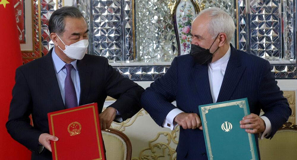 Bộ trưởng Ngoại giao Trung Quốc Vương Nghị và Bộ trưởng Ngoại giao Iran Mohammad Javad Zarif tại lễ ký kết thỏa thuận hợp tác 25 năm ở Tehran.