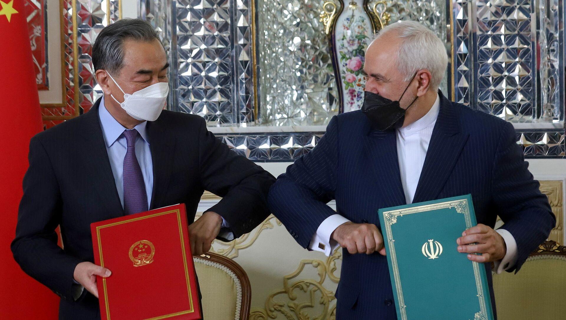 Bộ trưởng Ngoại giao Trung Quốc Vương Nghị và Bộ trưởng Ngoại giao Iran Mohammad Javad Zarif tại lễ ký kết thỏa thuận hợp tác 25 năm ở Tehran. - Sputnik Việt Nam, 1920, 30.03.2021