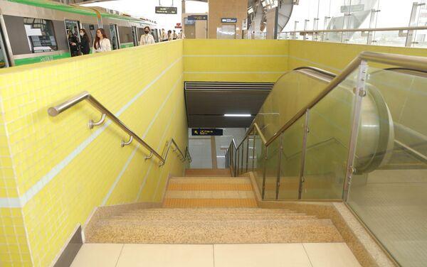 Hệ thống cầu thang bộ và cầu thang cuốn được thiết kế hai bên làn đường sắt. - Sputnik Việt Nam