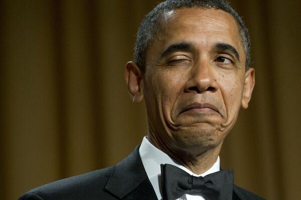Tổng thống Hoa Kỳ Barack Obama nháy mắt khi kể giai thoại về nơi sinh của mình trong bữa tối với Hiệp hội Phóng viên Nhà Trắng ở Washington, 2012 - Sputnik Việt Nam