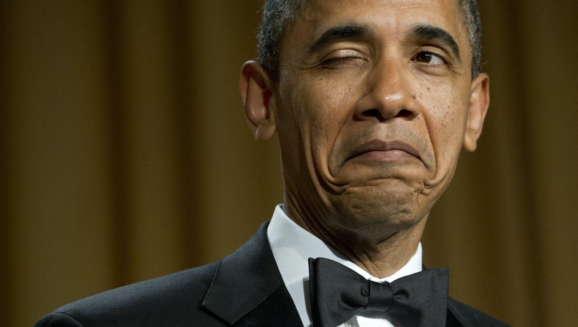 Tổng thống Hoa Kỳ Barack Obama nháy mắt khi kể giai thoại về nơi sinh của mình trong bữa tối với Hiệp hội Phóng viên Nhà Trắng ở Washington, 2012 - Sputnik Việt Nam, 1920, 10.08.2021