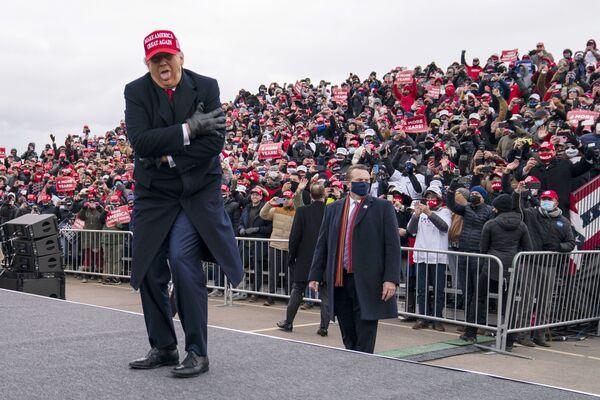 Tổng thống Mỹ Donald Trump nói đùa về việc ông bị đóng băng trong một cuộc gặp gỡ ở Michigan, 2020 - Sputnik Việt Nam