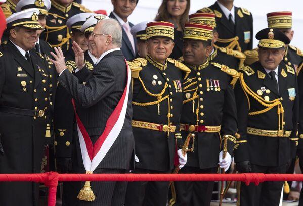 Tổng thống Peru Pedro Pablo Kuczynski nói đùa trong một cuộc diễu hành quân sự ở Lima, 2016 - Sputnik Việt Nam