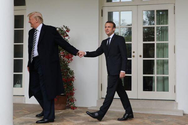 Tổng thống Mỹ Donald Trump đùa giỡn nắm tay Tổng thống Emmanuel Macron tại Nhà Trắng, 2018 - Sputnik Việt Nam