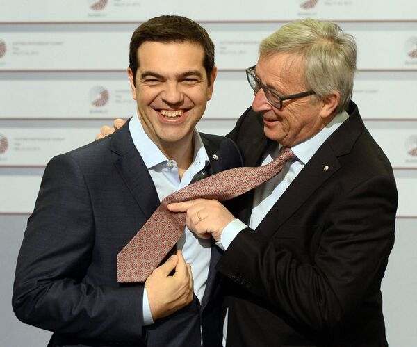 Thủ tướng Hy Lạp Alexis Tsipras (trái) và Chủ tịch Ủy ban châu Âu Jean-Claude Juncker nói đùa tại Hội nghị thượng đỉnh Đối tác phía Đông của EU ở Riga, 2015 - Sputnik Việt Nam