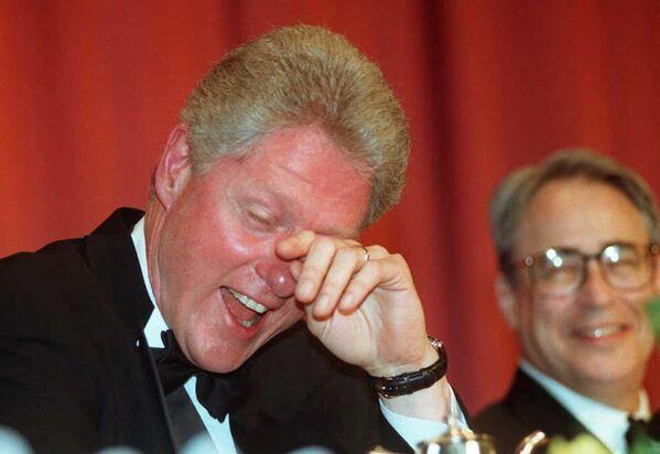 Tổng thống Mỹ Bill Clinton cười ra nước mắt sau trò đùa của diễn viên hài Al Franken, 1996 - Sputnik Việt Nam
