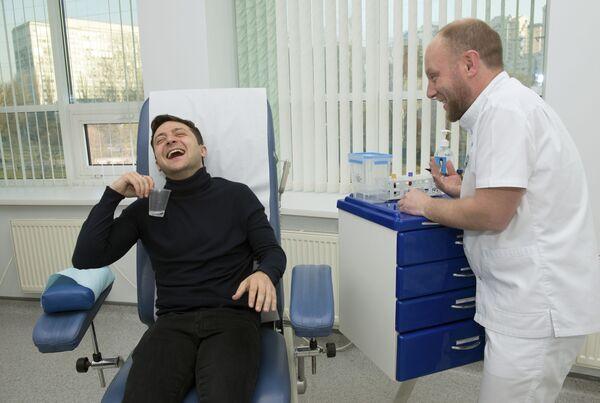 Ứng cử viên tổng thống Ukraina Volodymyr Zelenskiy cười khi xét nghiệm máu, năm 2019 - Sputnik Việt Nam