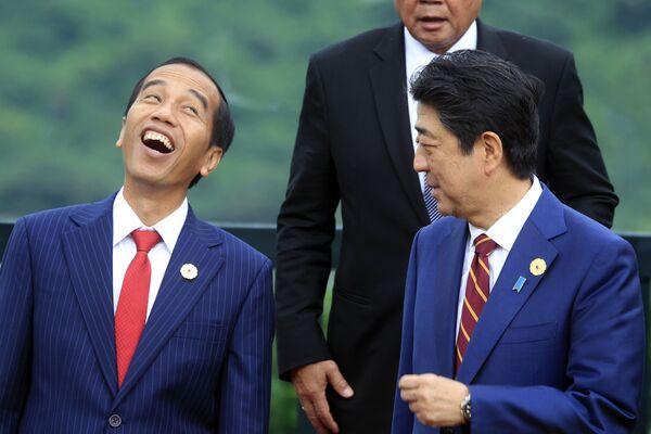 Tổng thống Indonesia Joko Widodo (trái) cười khi chụp ảnh cùng với Thủ tướng Nhật Bản Shinzo Abe, 2017 - Sputnik Việt Nam