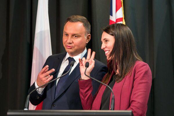 Tổng thống Ba Lan Andrzej Duda và Thủ tướng New Zealand Hasinda Ardern nói đùa về số lượng chữ ký tại lễ ký kết ở Auckland, 2018 - Sputnik Việt Nam