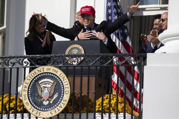 Tổng thống Hoa Kỳ Donald Trump đùa giỡn ôm vận động viên bóng chày Kurt Suzuki của đội Nationals  Washington trong sự kiện mừng vô địch World Series 2019 tại Nhà Trắng - Sputnik Việt Nam