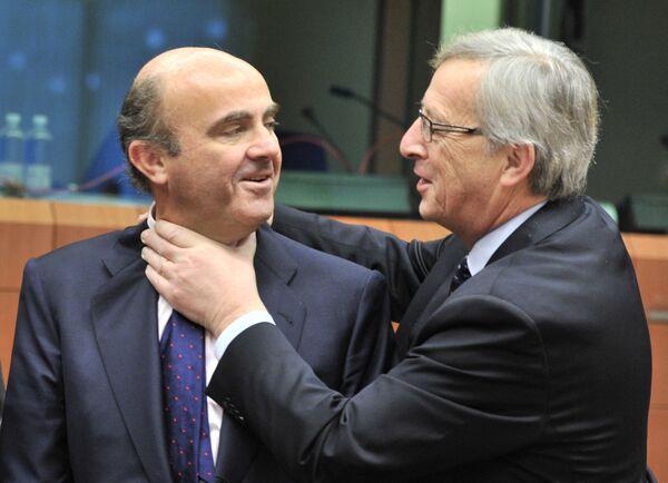 Bộ trưởng Tài chính Tây Ban Nha Luis de Guindos, Thủ tướng Luxembourg và Chủ tịch Eurogroup Jean-Claude Juncker nói đùa trước cuộc họp của Khu vực đồng tiền chung châu Âu tại trụ sở EU ở Brussels, 2012 - Sputnik Việt Nam