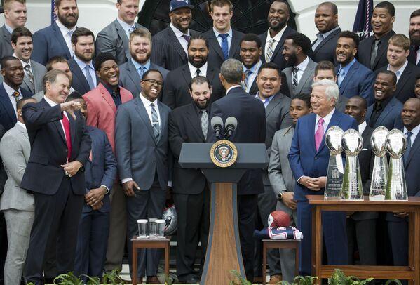 Huấn luyện viên đội bóng đá đội New England Patriots, Bill Belichick không hưởng ứng trò đùa của Tổng thống Barack Obama trong buổi lễ ở Bãi cỏ phía Nam Nhà Trắng, Washington, 2015 - Sputnik Việt Nam