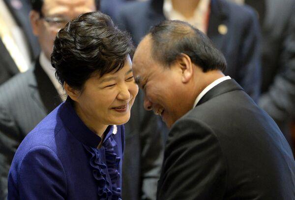 Tổng thống Hàn Quốc Park Geun-hye và Thủ tướng Việt Nam Nguyễn Xuân Phúc cười sảng khoái tại Hội nghị Cấp cao ASEAN tại Lào - Sputnik Việt Nam