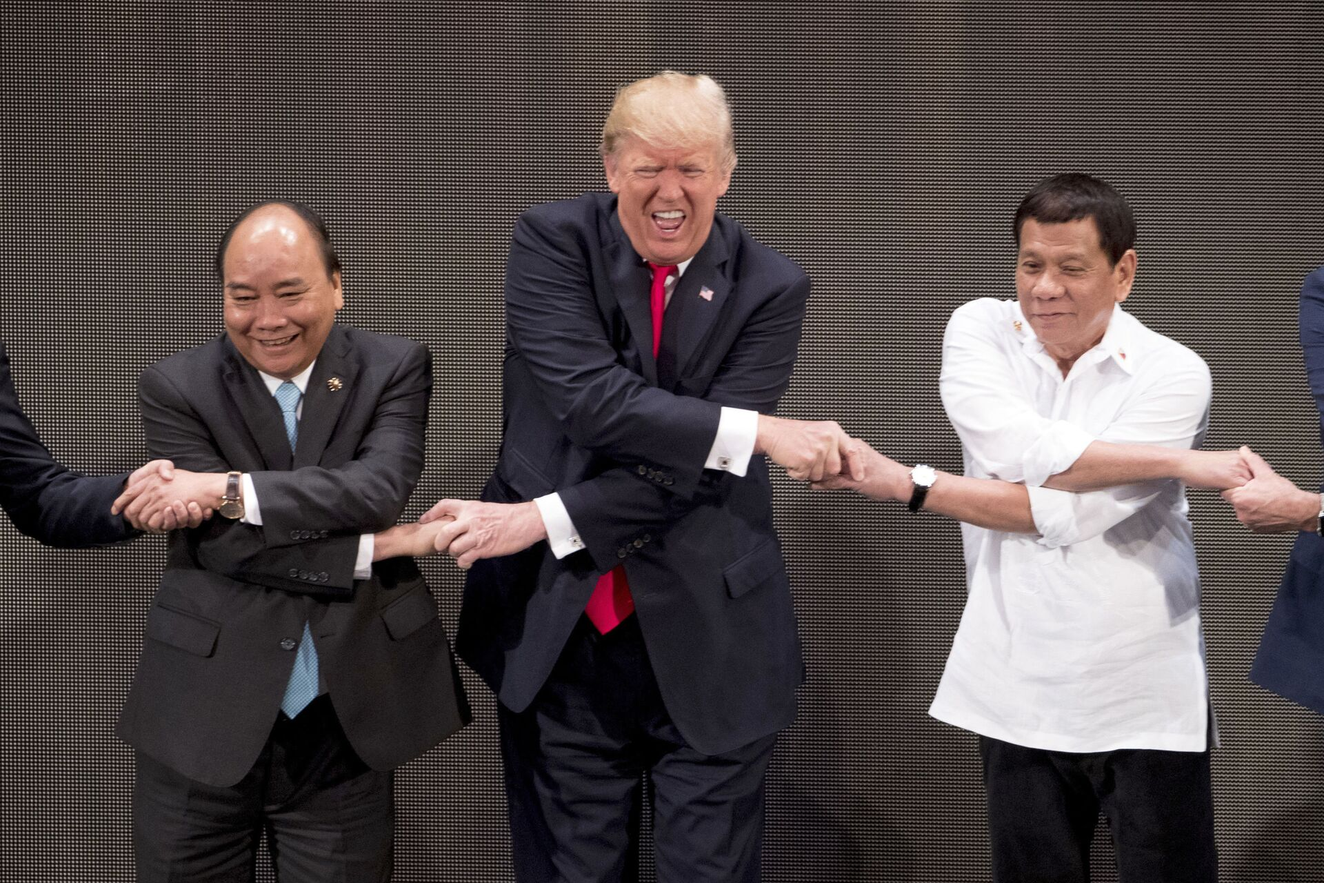"""Tổng thống Mỹ Donald Trump, Thủ tướng Việt Nam Nguyễn Xuân Phúc và Tổng thống Philippines Rodrigo Duterte trong buổi """"Cái bắt tay của ASEAN"""" tại Lễ khai mạc Hội nghị Cấp cao ASEAN ở Manila, Philippines - Sputnik Việt Nam, 1920, 05.10.2021"""