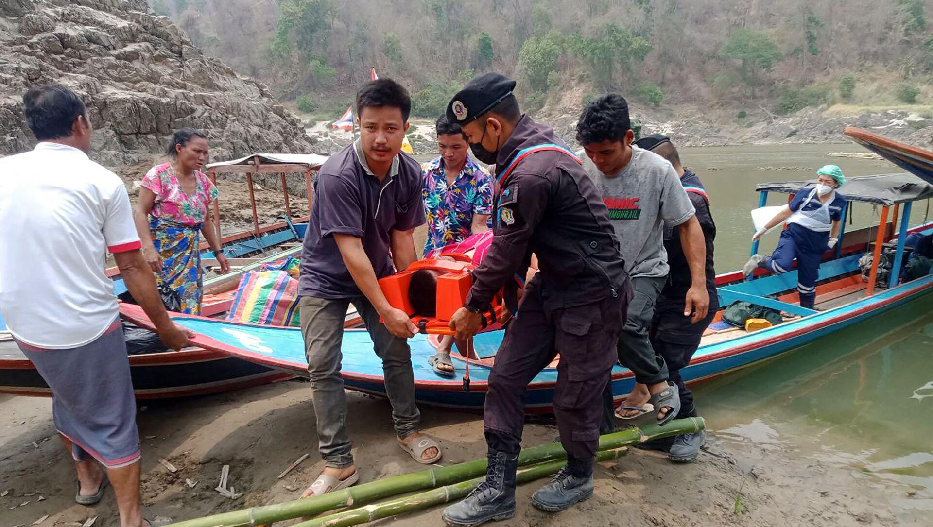 Quân đội Thái Lan giúp đỡ những người tị nạn từ Myanmar. - Sputnik Việt Nam, 1920, 01.04.2021