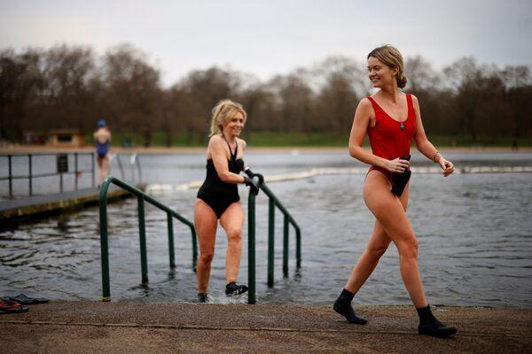 Những cô gái mặc áo tắm lên khỏi hồ nước ở công viên Hyde, London, Vương quốc Anh - Sputnik Việt Nam