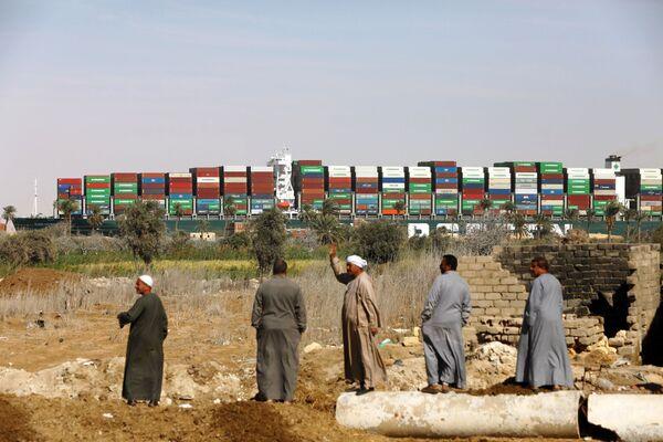 Tàu container Ever Given được đưa ra khỏi chỗ mắc cạn ở kênh đào Suez - Sputnik Việt Nam