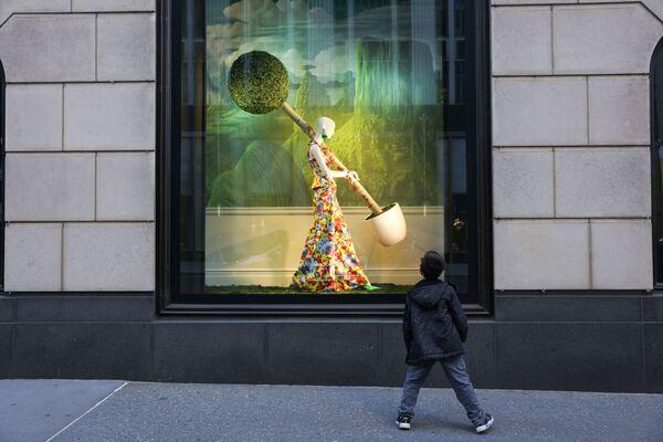 Đứa trẻ dán mắt nhìn vào hiệu bách hóa tổng hợp Bloomingdales ở New York, Hoa Kỳ  - Sputnik Việt Nam