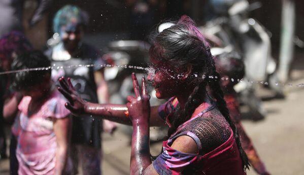 Các trẻ em Ấn Độ té nước trong lễ hội Holi ở Jammu, Ấn Độ - Sputnik Việt Nam