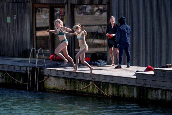 Du khách nghỉ ngơi tại khu vực bãi tắm Sandkaj Havnebad ở Copenhagen, Đan Mạch - Sputnik Việt Nam