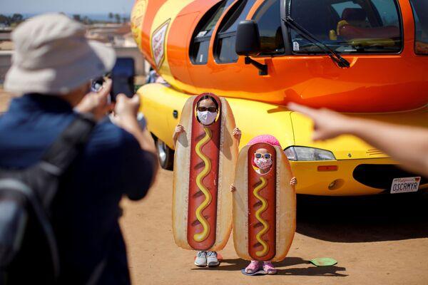 Một gia đình chụp ảnh trong bãi đỗ xe Oscar Myer Wienermobile, California. - Sputnik Việt Nam