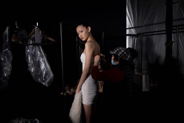 Người mẫu chuẩn bị lên sàn diễn catwalk trong Tuần lễ thời trang Trung Quốc ở Bắc Kinh - Sputnik Việt Nam
