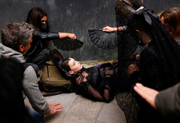 Một người mẫu bị chóng mặt ngay trước lúc bắt đầu buổi trình diễn thời trang ở Seville, Tây Ban Nha - Sputnik Việt Nam
