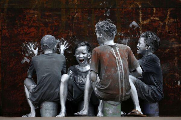 Những thiếu niên phủ sơn màu bạc ở Jakarta, Indonesia - Sputnik Việt Nam
