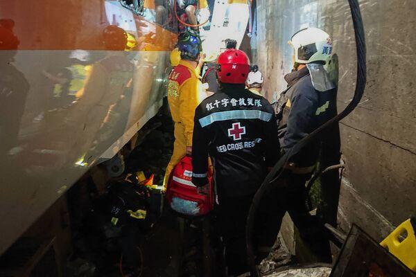 Sơ tán hành khách khỏi đoàn tàu bị trật bánh ở Đài Loan - Sputnik Việt Nam