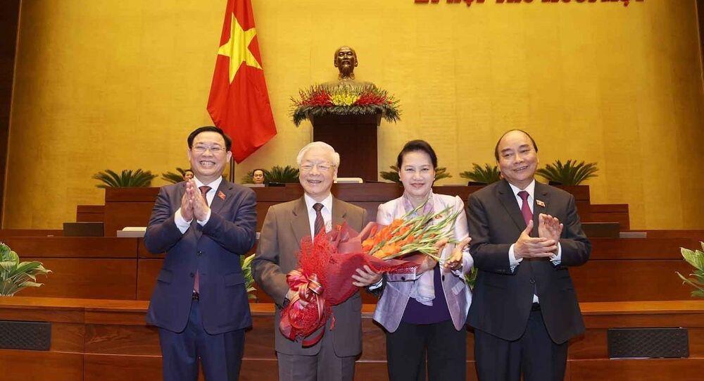 Chủ tịch Quốc hội Vương Đình Huệ và các đồng chí lãnh đạo Đảng, Nhà nước chúc mừng Tổng Bí thư, Chủ tịch nước Nguyễn Phú Trọng.