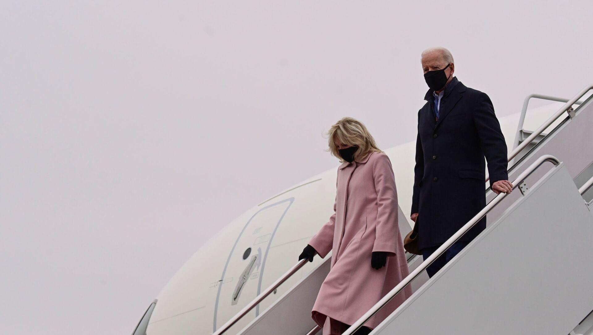 Tổng thống Hoa Kỳ Joe Biden và phu nhân Jill rời khỏi Lực lượng Không quân Một sau chuyến đi đến Trại David, tại Căn cứ chung Andrews, Maryland, Hoa Kỳ, ngày 15 tháng 2 năm 2021. - Sputnik Việt Nam, 1920, 02.04.2021