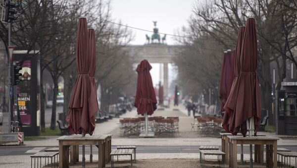 Đại lộ vắng người trước cổng Brandenburg ở Berlin, Đức. - Sputnik Việt Nam