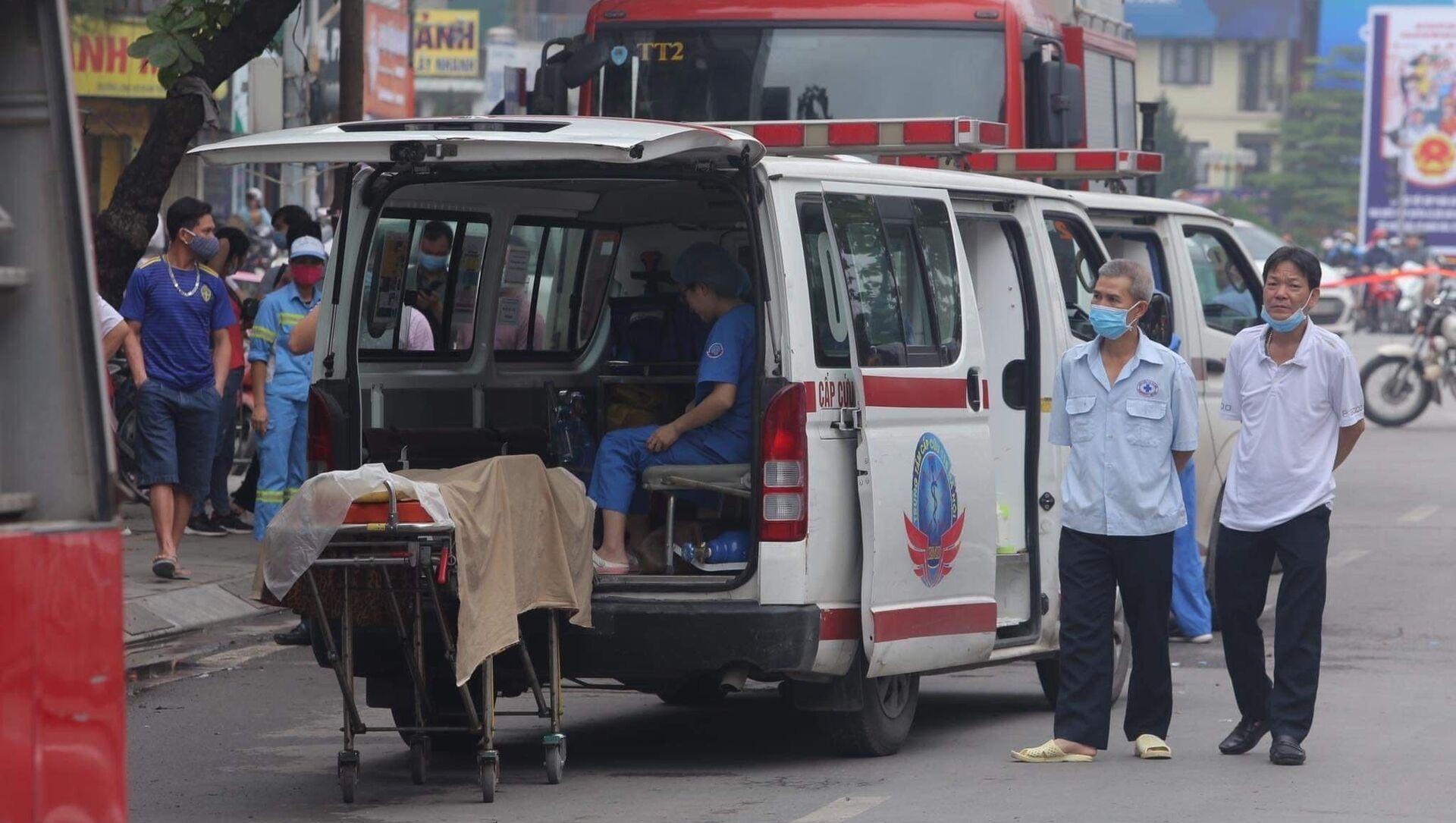 Xe cứu thương đưa thi thể các nạn nhân ra khỏi hiện trường. - Sputnik Việt Nam, 1920, 04.04.2021