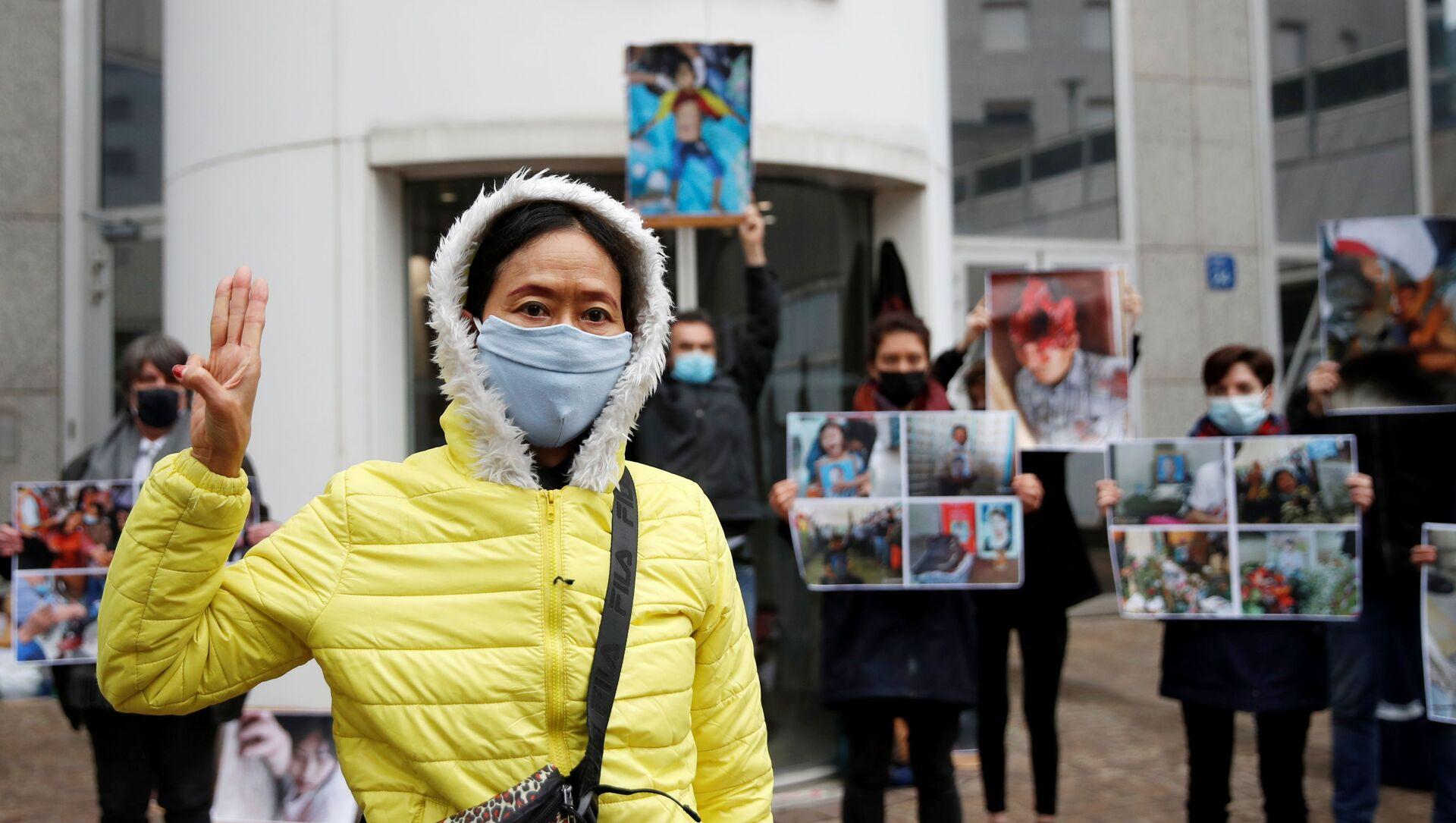 Các nhà hoạt động nhân quyền từ Myanmar biểu tình trước trụ sở của tập đoàn Total ở Paris. - Sputnik Việt Nam, 1920, 04.04.2021