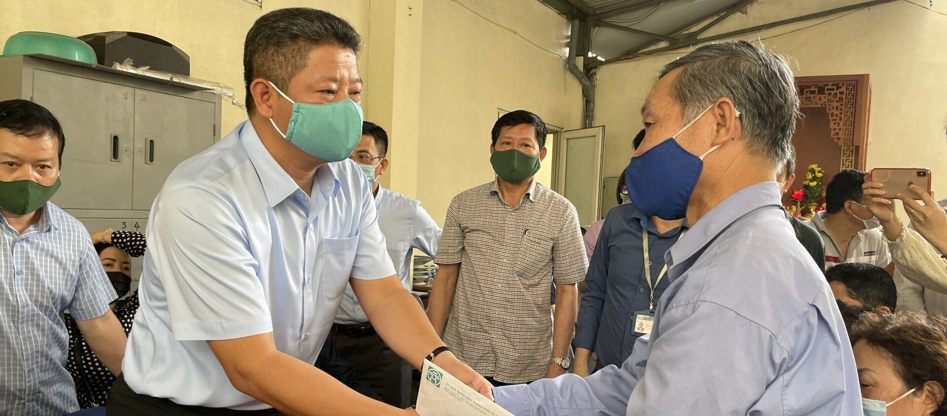 Phó Chủ tịch UBND thành phố Hà Nội Nguyễn Mạnh Quyền (bên trái) thăm hỏi, động viên, tặng quà hỗ trợ gia đình nạn nhân bị thiệt mạng tại vụ hỏa hoạn. - Sputnik Việt Nam, 1920, 04.04.2021