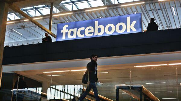 Logo của công ty Facebook ở Paris. - Sputnik Việt Nam