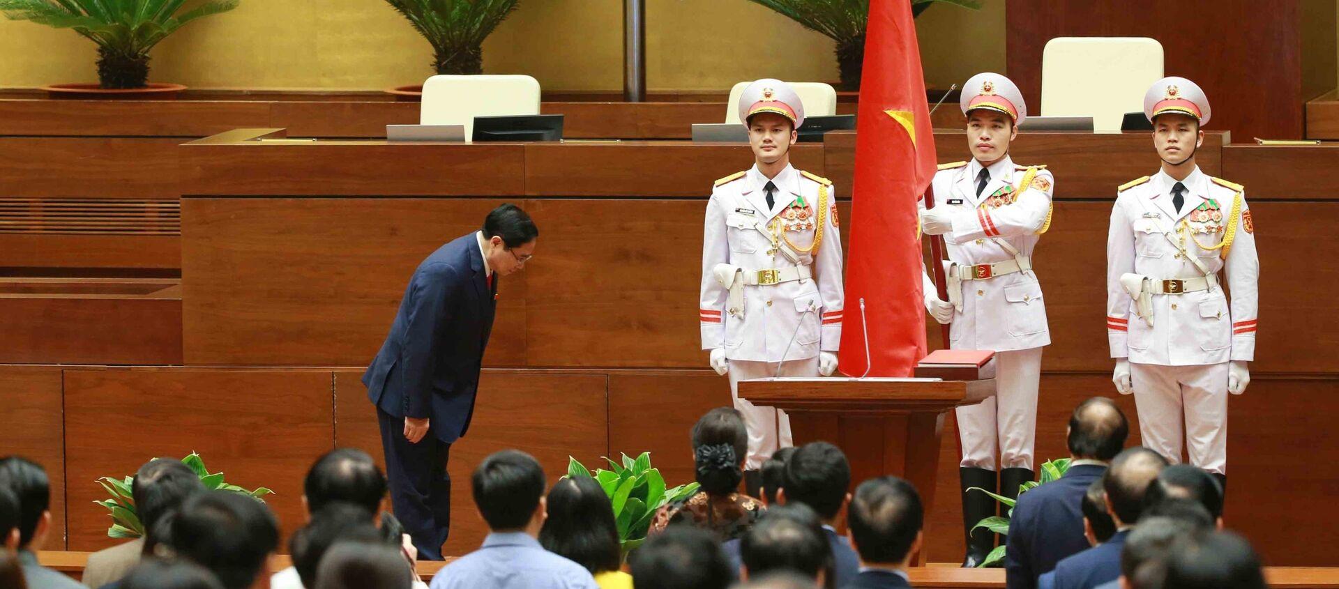 Thủ tướng Chính phủ Phạm Minh Chính chào Quốc kỳ tại lễ tuyên thệ nhậm chức. - Sputnik Việt Nam, 1920, 06.04.2021